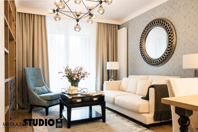 duze okragle lustro w eleganckim salonie