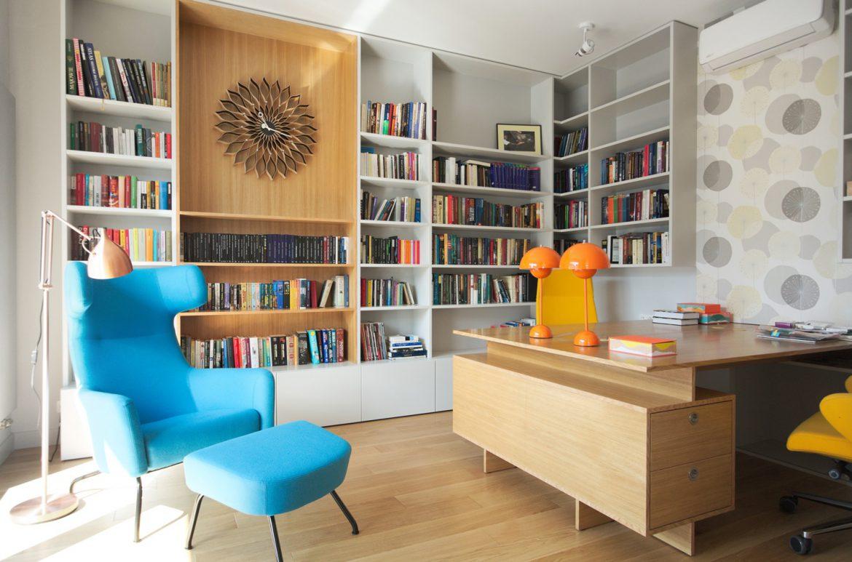 gabinet z niebieskim fotelem i tapeta