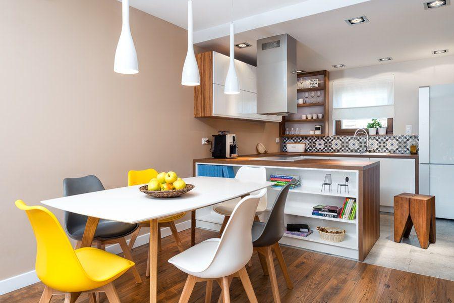 kuchnia z salonem w stylu skandynawskim z rozowymi scianami