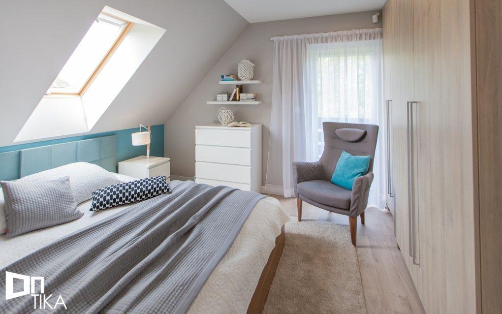 mała nowoczesna sypialnia ze skosami