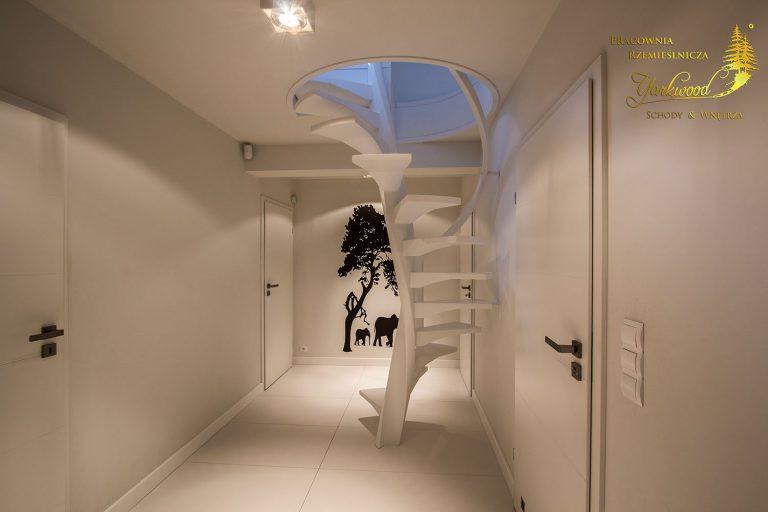 minimalistyczne biale schody spiralne