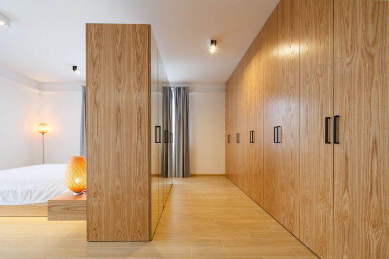 nowczesna garderoba z lustrami i drewnianymi szafami