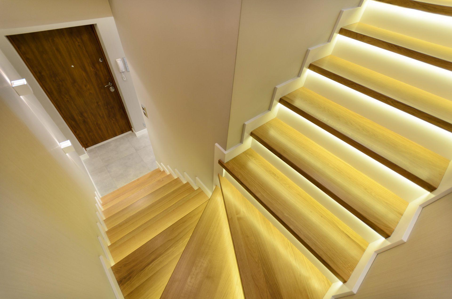 nowoczesne drewniane schody z podswietlonymi stopniami