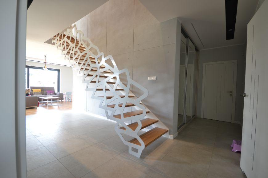 nowoczesne schody z drewnianymi stopniami i dekoracyjna barierka