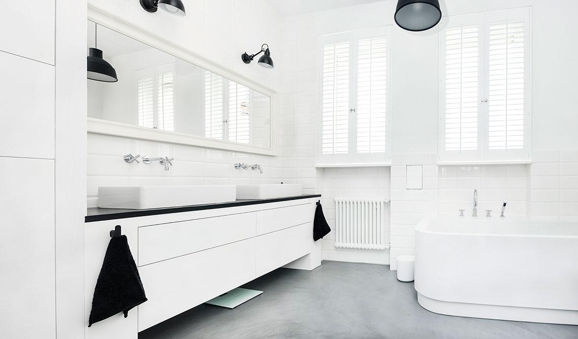okna w białej łazience