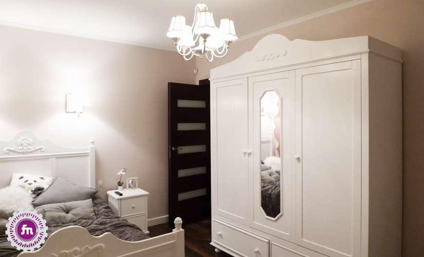 pokoj nastolatki w stylu glamour z duza biala szafa
