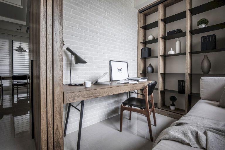 szare nowoczesne biuro z drewnainymi meblami