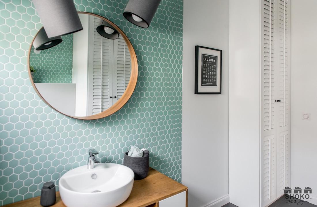 turkusowa mozaika na ścianie łazienki